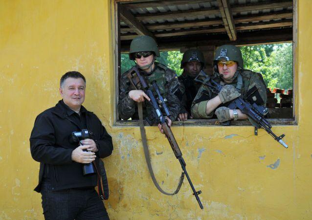 أرسين أفاكوف وعسكريون أمريكيون