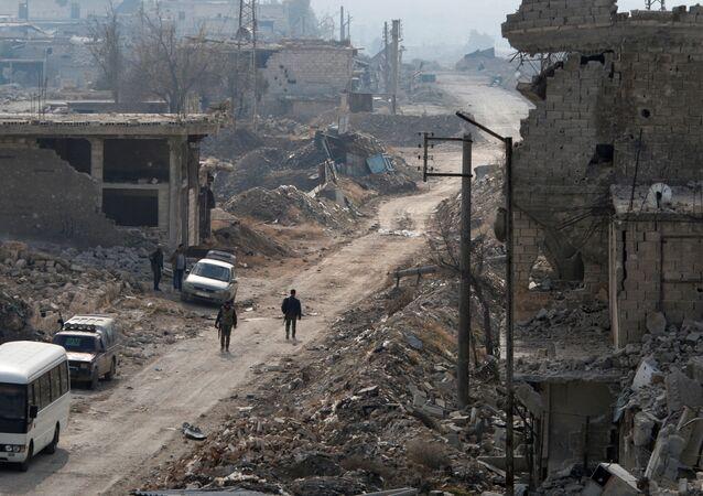 جنود الجيش السوري يسيرون في أحد شوارع حي الشيخ سعيد بمدينة حلب، 12 ديسمبر/ كانون الأول 2016