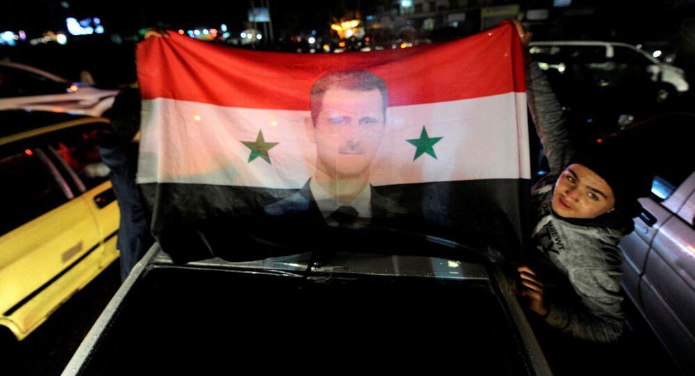 السوريون يحتفلون بالنصر في حلب وأنصار الرئيس السوري بشار الأسد يرفعون علامة النصر، 12 ديسمبر/ كانون الأول 2016