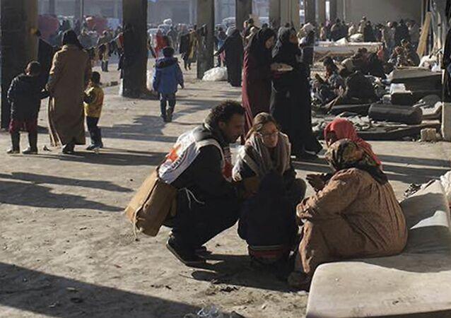 أطبار الصليب الأحمر يساعدون الحلبيون في الشيخ سعيد بمدينة حلب، 12 ديسمبر/ كانون الأول 2016