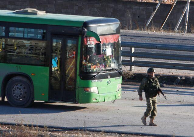 حافلات لنقل المسلحين وأفراد أسرهم من منطقة خان العسل، 15 ديسمبر/ كانون الأول 2016