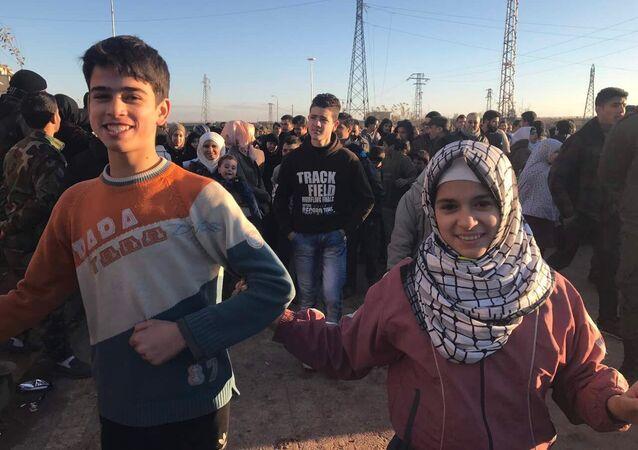 فرح الحلبيين بمنطقة صلاح الدين بعد مغادرة الحافلات الخضراء لمدينة حلب الشرقية، 15 ديسمبر/ كانون الأول 2016