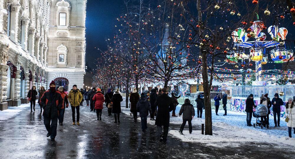 المواطنون في مدينة موسكو على خلفية الساحة الحمراء، روسيا