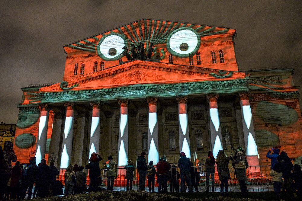 العرض الفني الضوئي دائرة الضوء السنوي على مسرح بولشوي (المسرح الكبير) بموسكو
