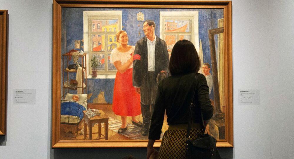 زائرون ينظرون إلى لوحة الأسرة خلال ذكرى أكتوبر الأول (1927) للفنان كوزما بيتروف فودكين، بمتحف الفنون روسيزو، موسكو