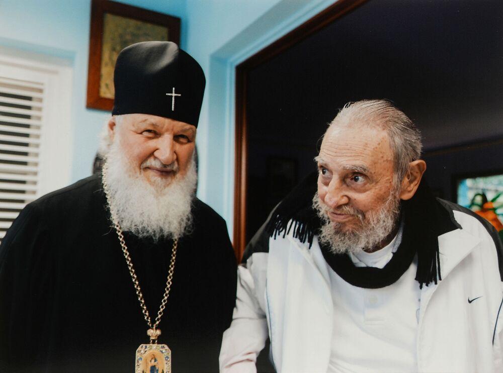 كيريل الأول أسقف الكنيسة الروسية الأرثوذكسية وبطريرك موسكو وعموم روسيا والزعيم الكوبي فيدل كاسترو