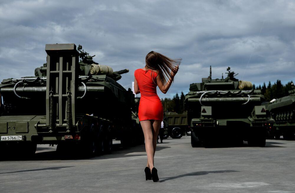 زائرة للمعرض الدولي العسكري أرميا-2016 في روسيا