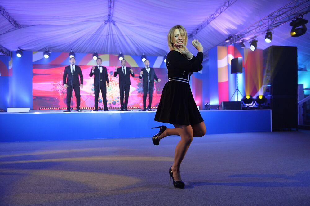 المتحدث الرسمي باسم الوزارة الخارجية ماريا زاخاروفا أثناء أدائها لرقصة من الفولكلور الشعبي الروسي على نغمة كالينكا بمدينة سوتشي
