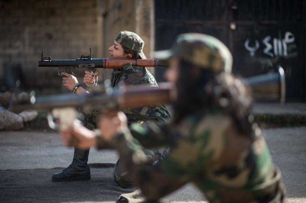 الفتيات المتطوعات السوريات خلال التدريبات بضاحية دمشق