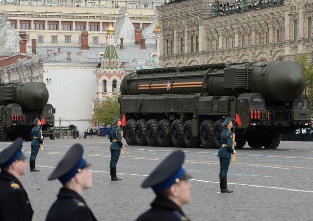 مجمعات الصواريخ توبول-ام خلال بروفة العرض العسكري بيوم النصر في الساحة الحمراء في موسكو