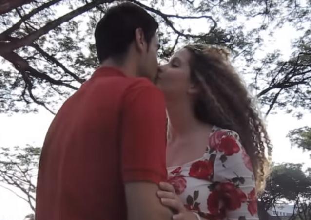 جهاز ينقل القبلات