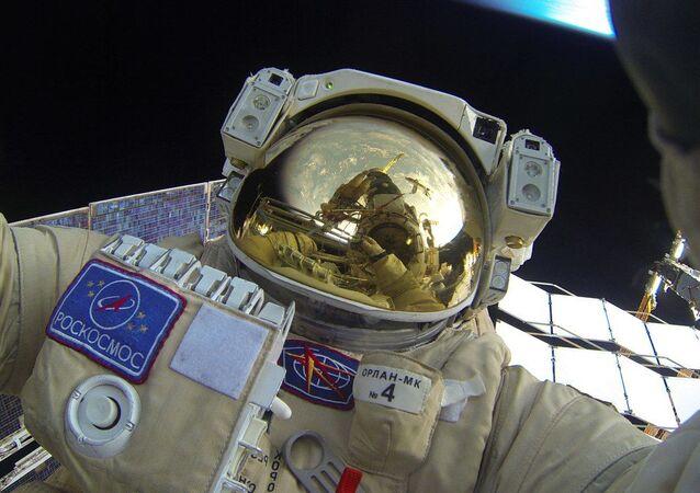 صورة سيلفي لرائد الفضاء الروسي يوري ماليتيشنكو خلال خروجه إلى الفضاء الخارجي في مهمة