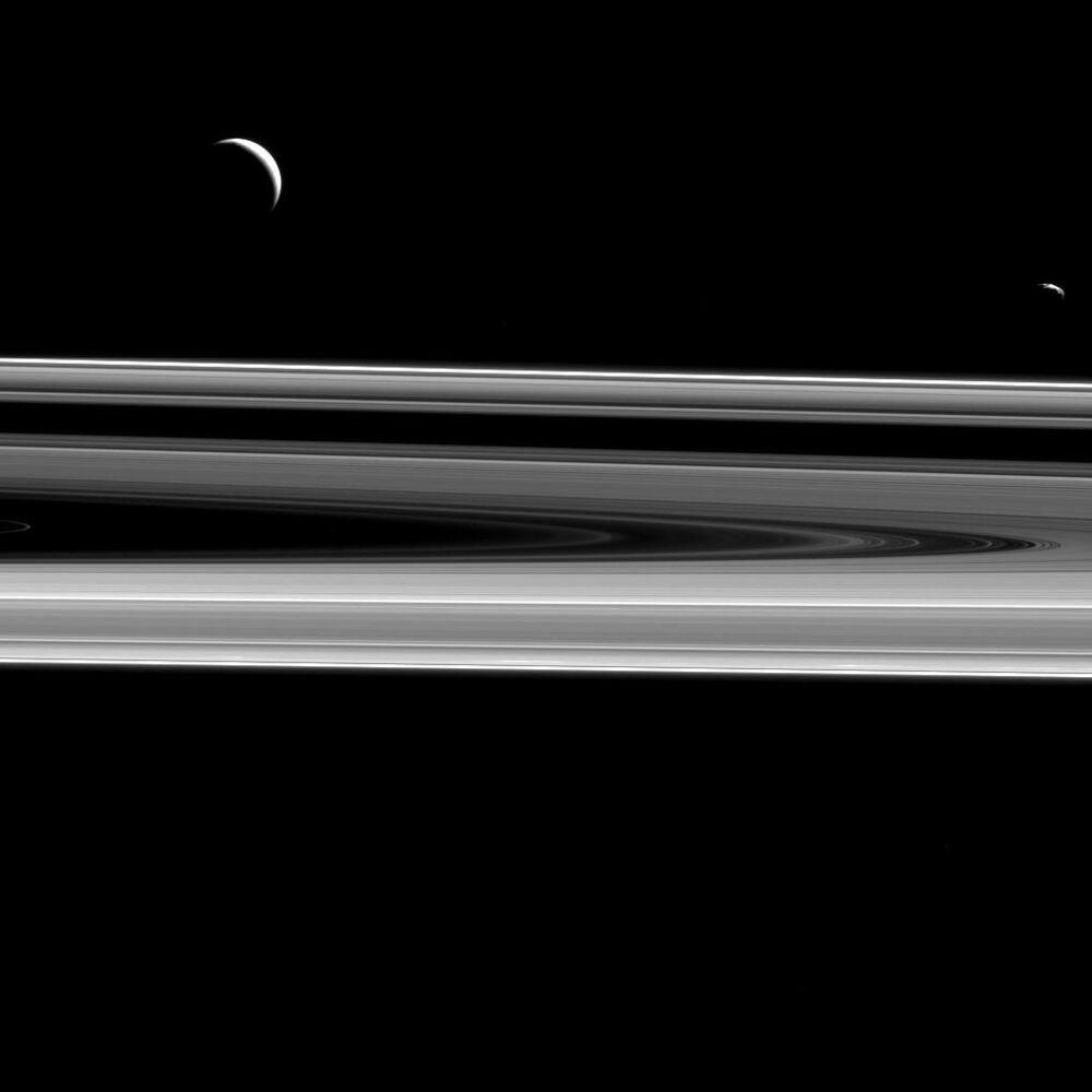 الأقمار إنتسيلاد و يانوس فوق حلقات كوكب زحل