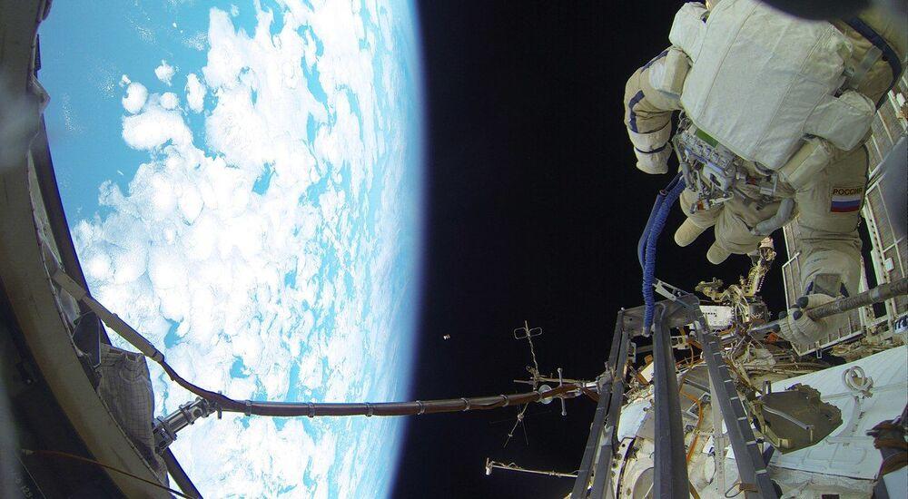 السير في الفضاء الخارجي لرواد الفضاء الروس