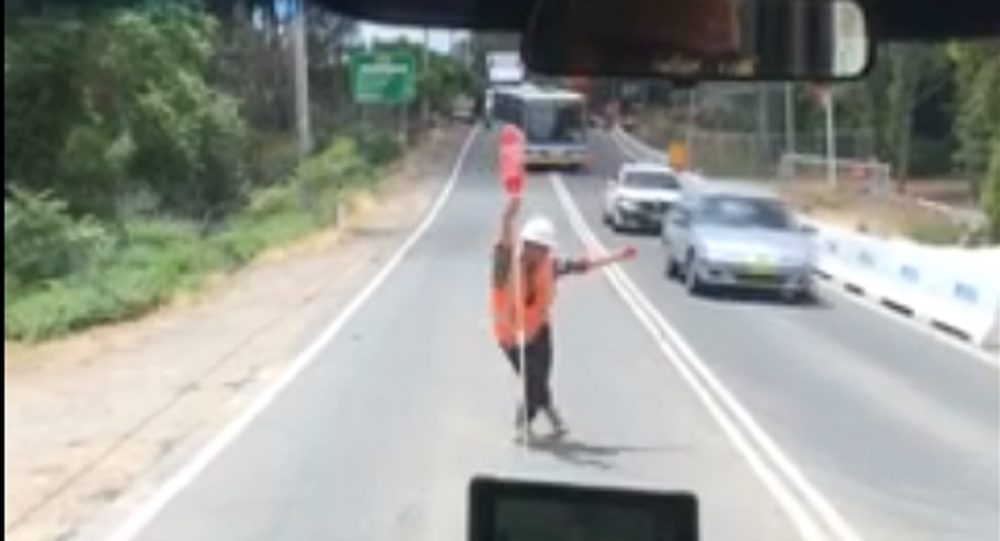 رجل مرور يرقص في الشارع
