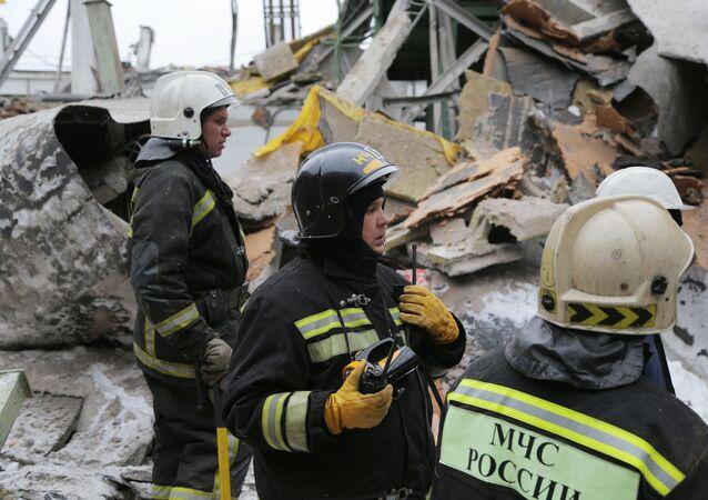 عناصر من فريق الإنقاذ التابع لوزارة الطوارئ الروسية خلال تواجدهم بمصنع للآلات، حيث انهار سطحه، في يكاترينبورغ