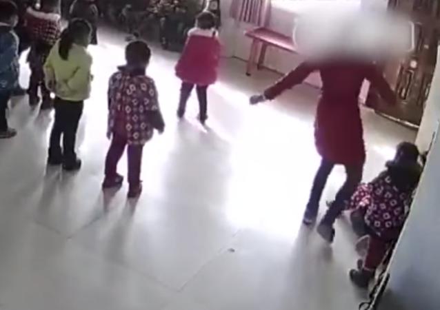كاميرات المراقبة ترصد تصرفات مروعة لمعلمة داخل حضانة