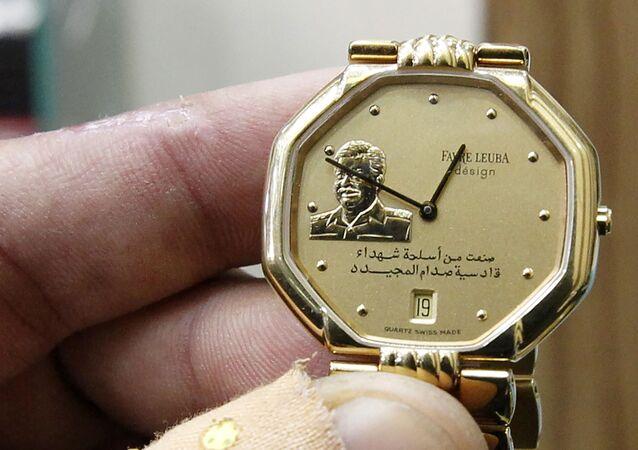 ساعة يد عليها مجسم ذهبي للرئيس العراقي صدام حسين في بغداد،  28 ديسمبر/ كانون الأول 2016