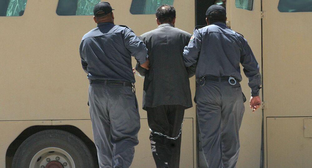 نقل الرئيس العراقي السابق صدام حسين في مركبة مدرعة بعد المحكمة، 2 يوليو/ تموز 2004