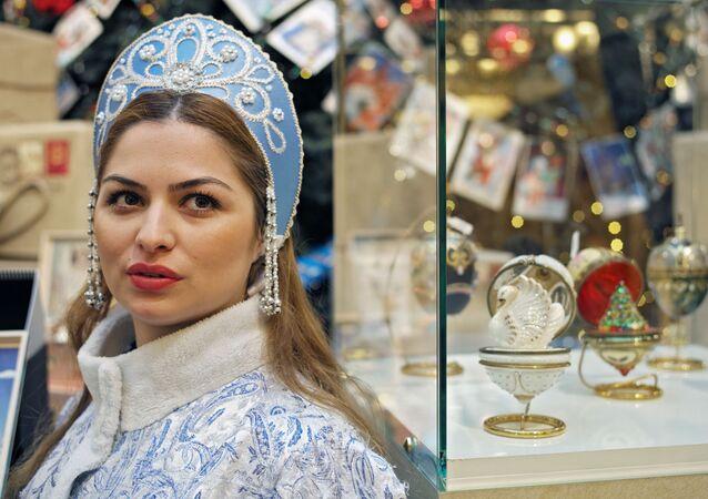 فتيات بابا نويل في المتجر الحكومي غوم بموسكو، روسيا