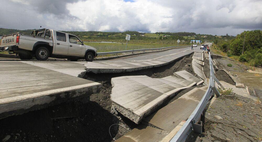 إنشقاق الطريق بعد زلزال قوي (7,7 بمقياس ريختر) ضرب تشيلي، 25 ديسمبر/ كانون الأول 2016