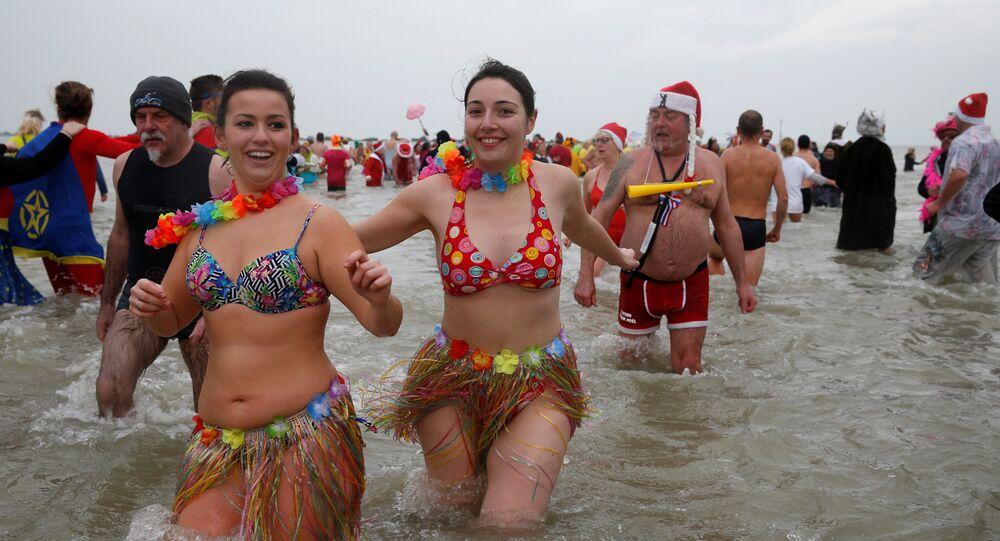 الأوروبيون يتقبلون العام الجديد بالسباحة