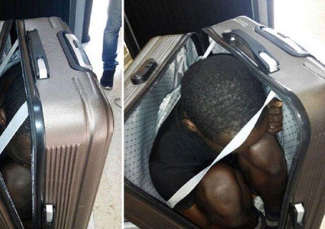 ماذا يفعل هذا الرجل الإفريقي في هذه الحقيبة