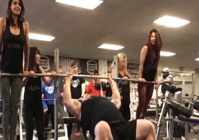 رجل قوي يرفع 4 فتيات بدلاً من الأثقال