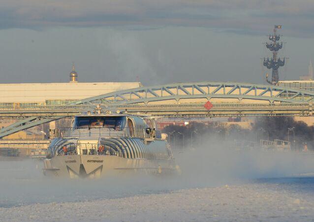 مركب سياحي على نهر موسكو، ودرجة الحرارة -27 تحت الصفر