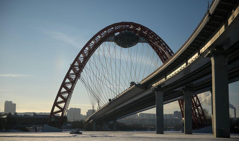 مركب تابع لوزارة الطوارئ الروسية تحت الجسر،  ودرجة الحرارة 27 تحت الصفر