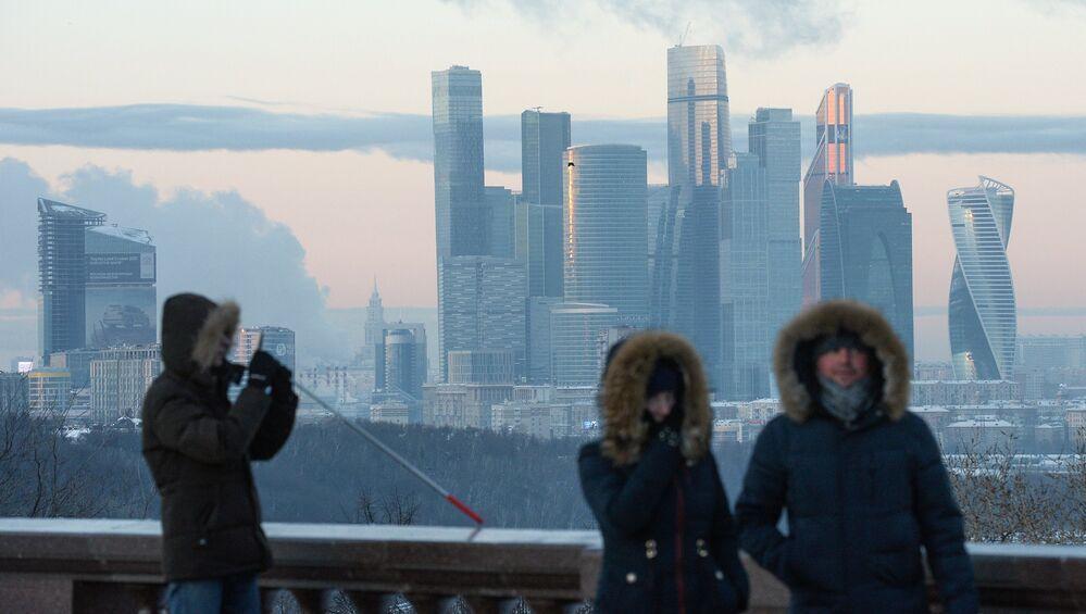 أشخاص على خلفية ناطحات سحاب لـ موسكو سيتي، ودرجة الحرارة 27 تحت الصفر.