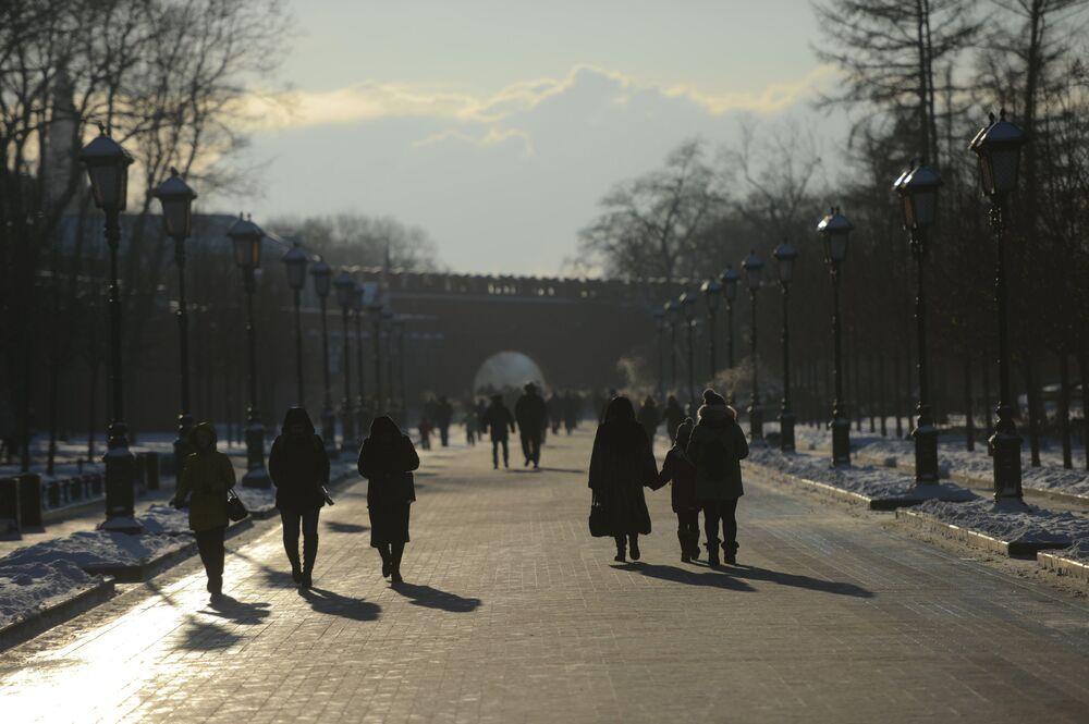 مواطنون يسيرون في حديقة ألكسندر وسط العاصمة موسكو، ودرجة الحرارة 27 تحت الصفر