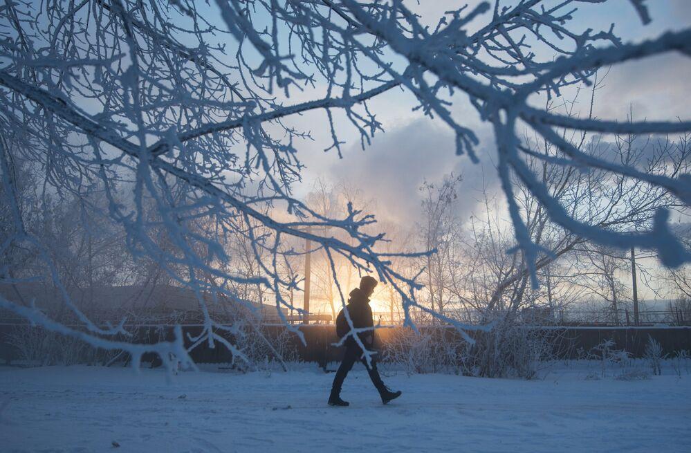 مواطن يسير في أحد شوارع موسكو المغطاة بثلج كثيف، ودرجة الحرارة 24 تحت الصفر