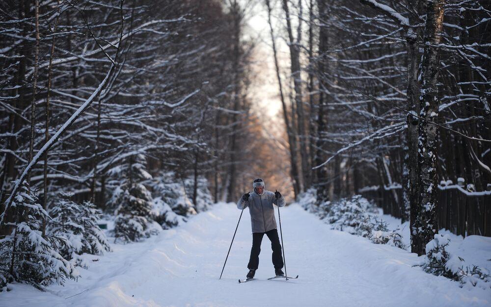 رجل يتزلج على الثلج ودرجة الحرارة 27 درجة مئوية تحت الصفر