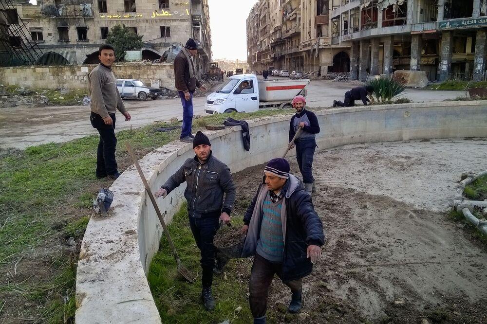 مواطنون خلال تنظيف الشوارع بحي الناظرية في حلب، سوريا