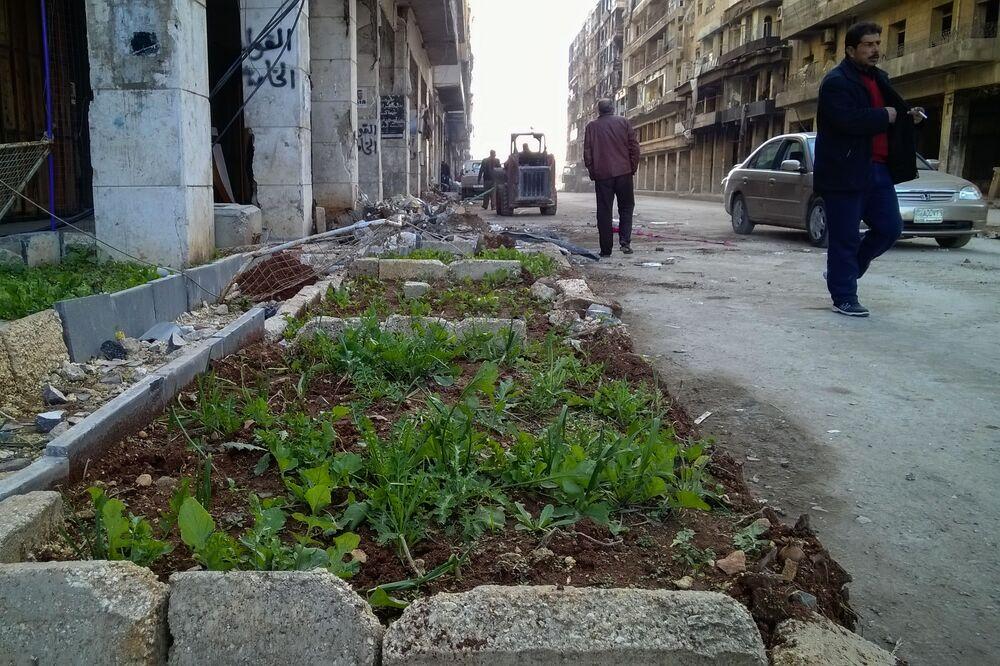 مواطنون يسيرون في شارع بحي الناظرية في حلب، سوريا