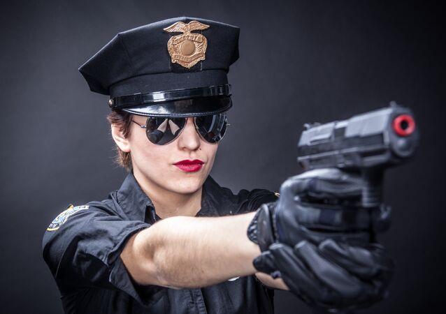 Una mujer policía