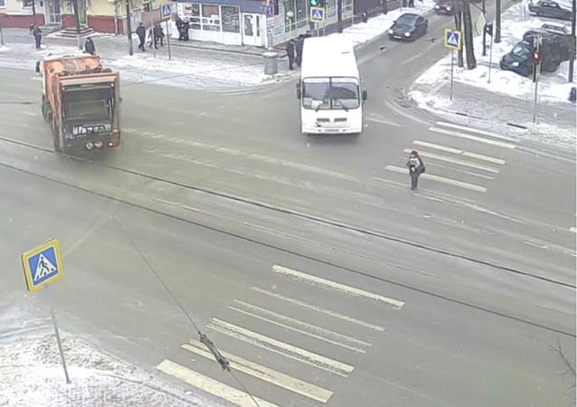 الروسية سائق حافلة  دهس عجوز ومن ثم قام بعناقها