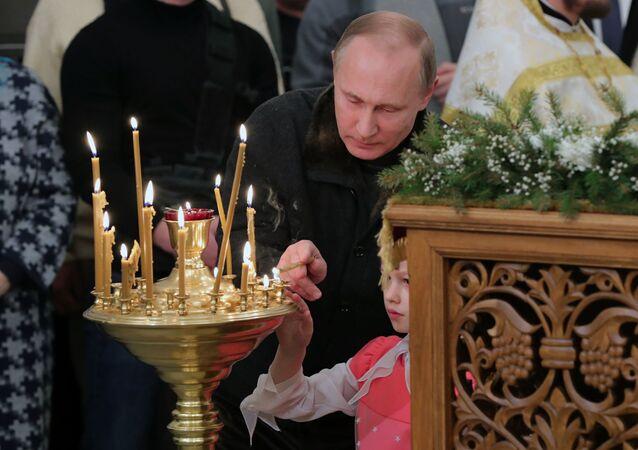 الرئيس الروسي فلاديمير بوتين خلال ليلة عيد الميلاد المجيد في مقاطعة نوفوغورودسكايا، روسيا