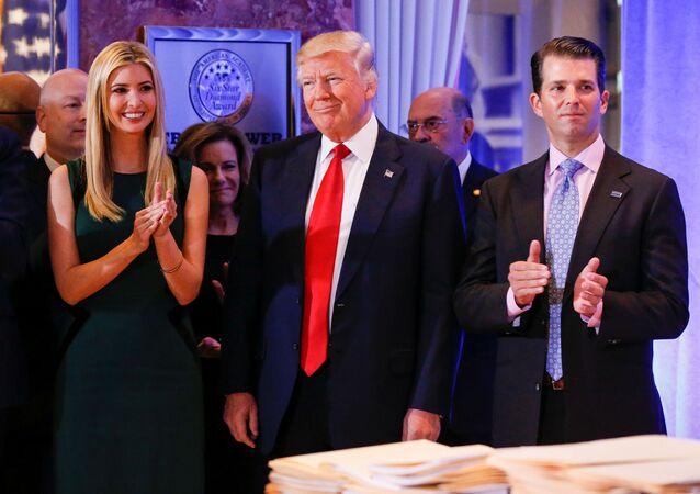 الرئيس الأمريكي المنتخب دونالد ترامب قبيل بدء المؤتمر الصحفي الأول له كرئيس للولايات المتحدة في برج ترامب تاور، مانهاتن 11 يناير/ كانون الثاني 2017