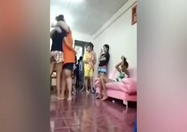رد فعل سيدة ضبطت زوجها في أحضان فتاة