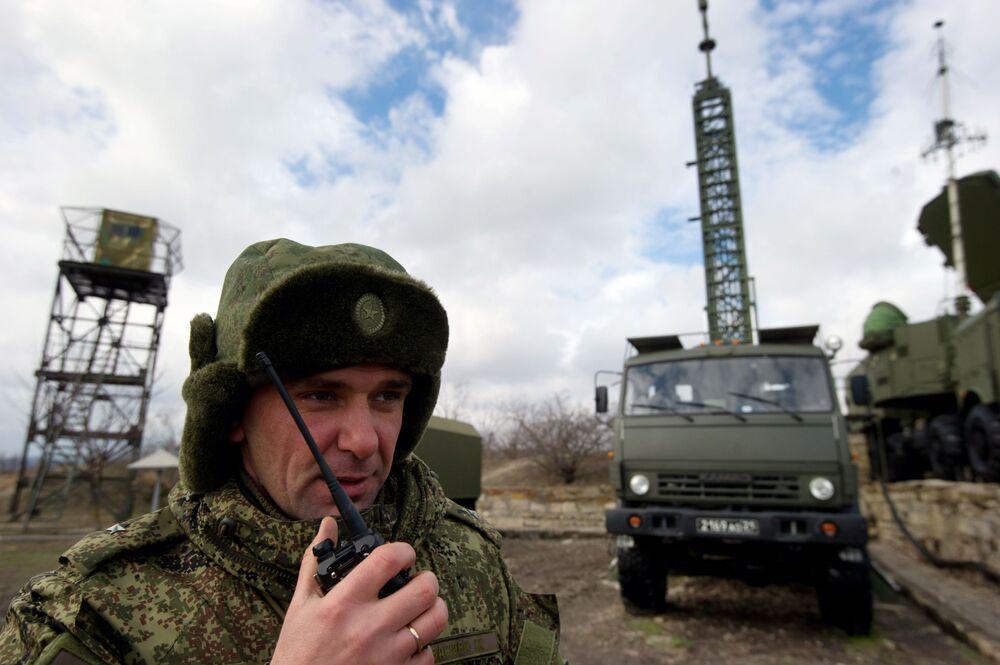 ضباط يقومون بتنسيق حركة منظومة الدفاع الجوي (تريومف) اس-400 في القرم، روسيا