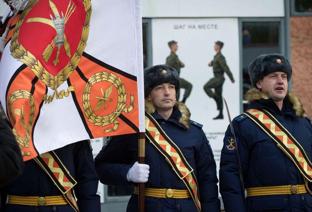 ضباط يحملون راية الفوج العسكري التابع للمقاطعة العسكرية الجنوبية، والمسؤول عن منظومة الدفاع الجوي اس-400 في فيودوسيا، القرم