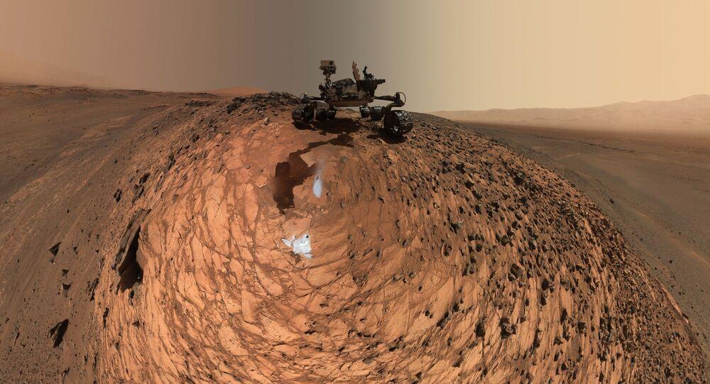 ж مارس روفر (هي عربة متجولة مؤتمتة تستطيع السير بمفردها على سطح المريخ لدى هبوطها عليه)