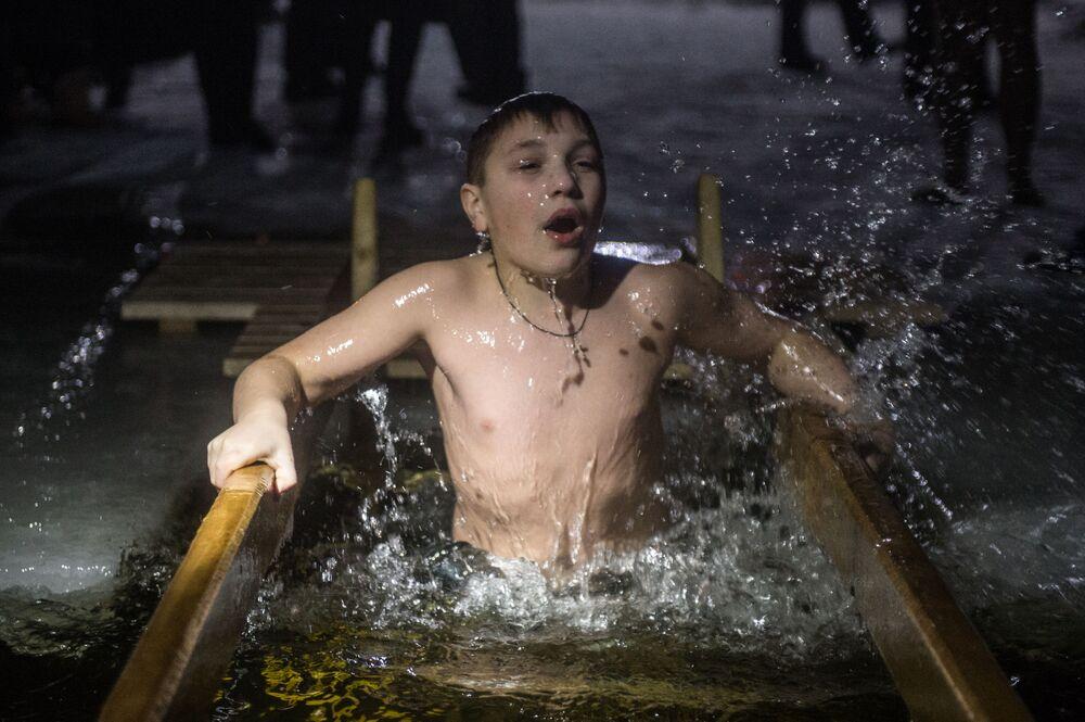 صبي خلال عيد الغطّاس في أوستاشكوفو