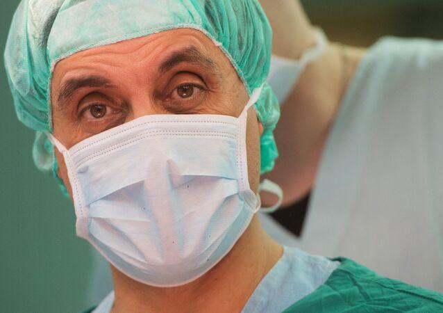 طبيب جراح