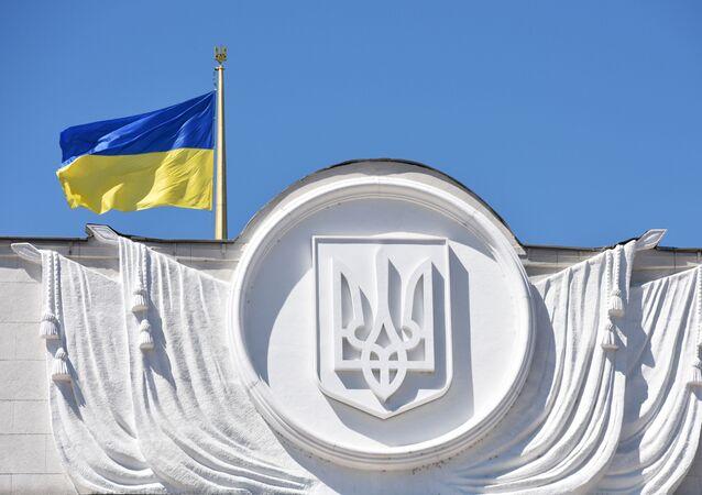 العلم الوطني فوق مبنى برلمان أوكرانيا