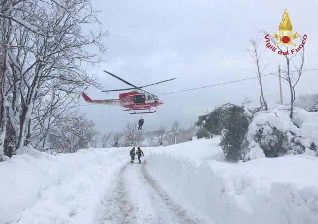 فرق الإنقاذ المتواجدة في موقع حادث فندق إيطاليا