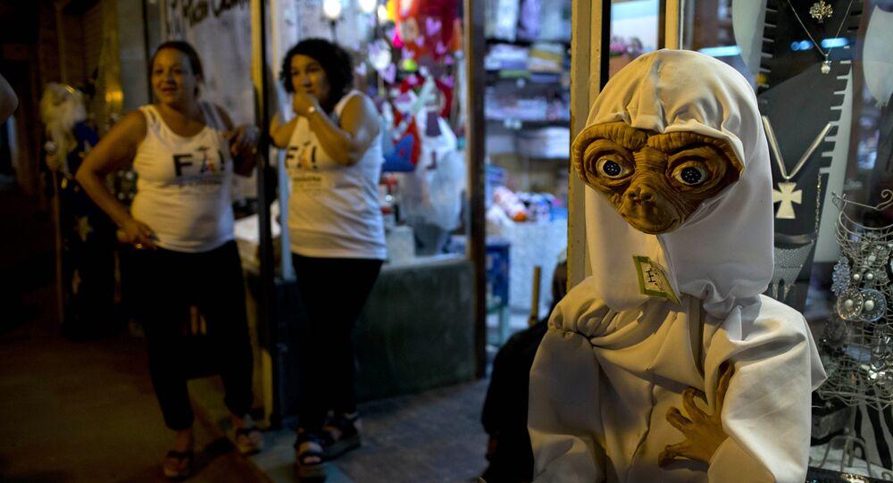 رجل يرتدي زي لمخلوق فضائي متخيل