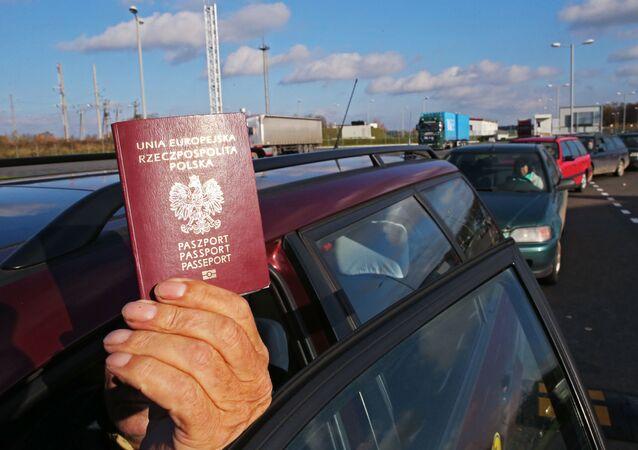 رجل يحمل جواز سفر